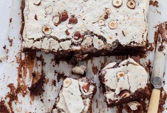 Čokoládový koláč s oříškovým bezé