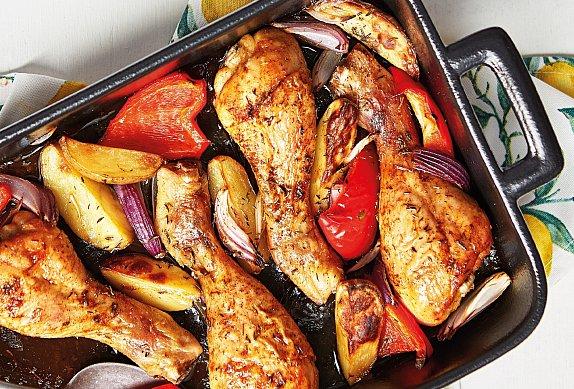 Kuřecí paličky s pečenou zeleninou a bramborami