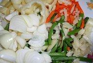 Rybí směs se zeleninou a nudlemi