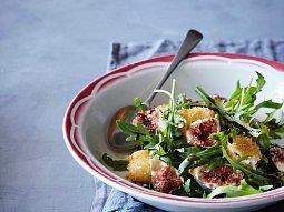 Salát s fíky a smaženým kozím sýrem