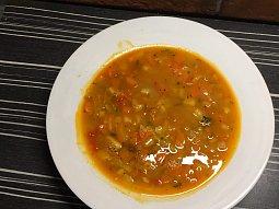 Zeleninová polévka s červenou čočkou