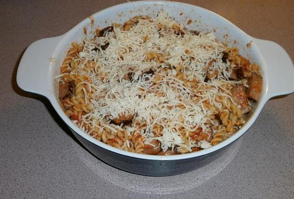 Zapečené těstoviny s rajčaty, klobáskou a balkánem