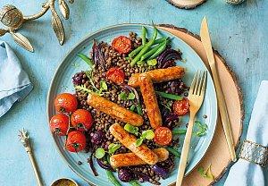 Čočka s klobáskami a pečenou zeleninou