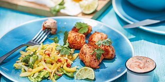 Marinované kuřecí špízy s mangovým salátem