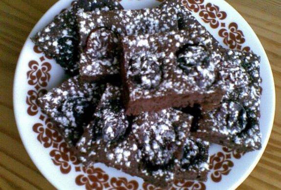 Lehký kakaový koláč se švestkami