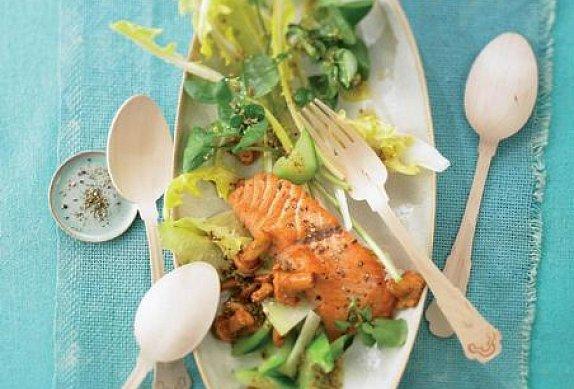 Smažený losos na salátu