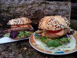 Burgery s vinnou klobásou