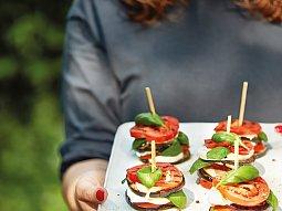 Grilovaný lilek s rajčaty a mozzarellou