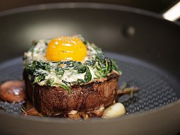 Steak s vejcem, žampiony a sýrovou omáčkou
