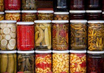 Nakládané dobroty k pivu: Hermelín, česnek i utopenci
