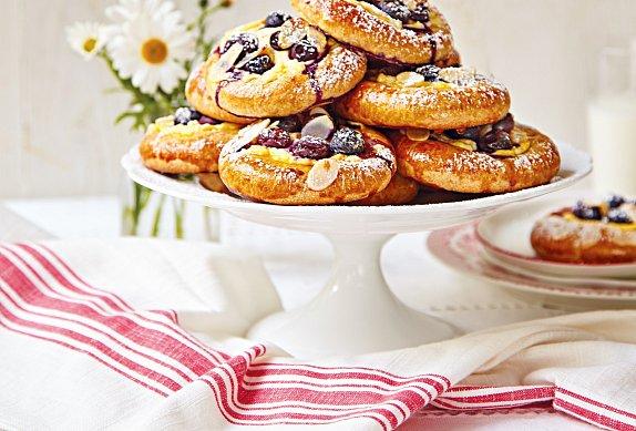 Borůvkové koláče s tvarohem z kynutého těsta