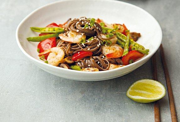 Asijské nudle se zeleninou a krevetami