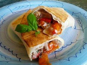 Grilovaná tortilla s kuřecím masem a jogurtovobazalkovým dressingem