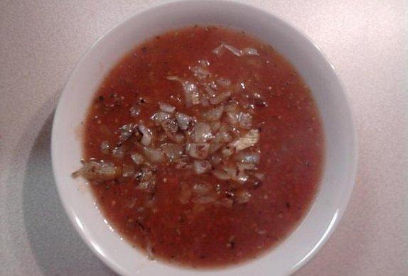 Rajčatová polévka s bazalkou a česnekem