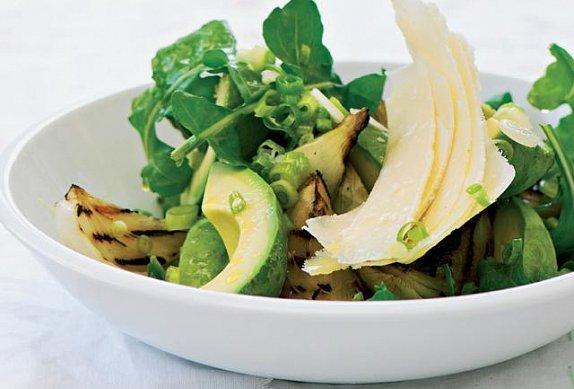 Salát z grilované cibule a avokáda s parmazánem