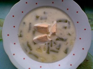 Smetanová koprová polévka s fazolkami a vejcem