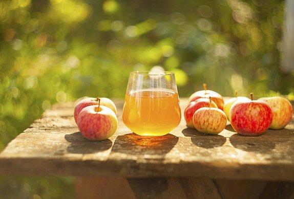 Zapečená jablka v cideru s ostružinami