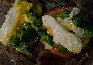 Brokolicový toast se ztraceným vejcem