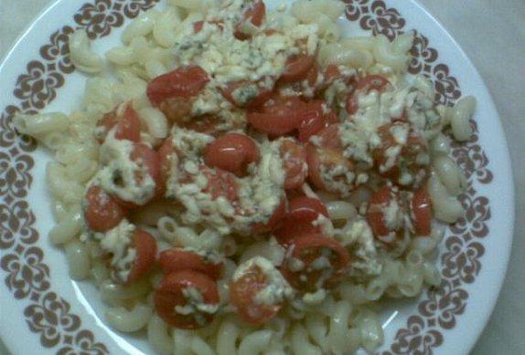 Česnekové těstoviny se sýrovými rajčátky