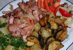 Jednoduché ražničí (špízy) z pánve se smaženou zeleninou
