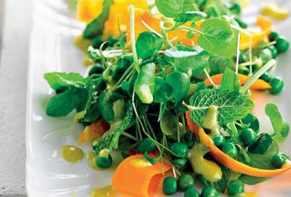 Salát s karotkou a hráškem