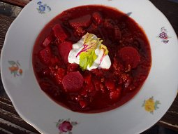 Rajčatová polévka s řepou a mletým masem