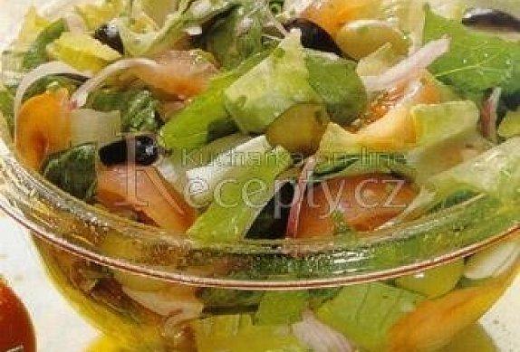 Římský salát s rajčaty a olivami