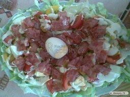 Zeleninová mísa s vejcem a slaninkou