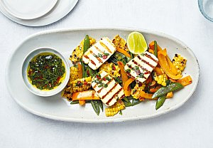 Salát s grilovanou zeleninou a sýrem halloumi