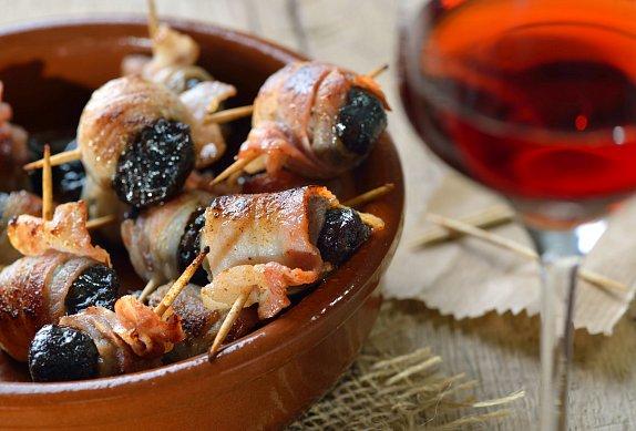 Grilované švestky s mandlí ve slanině