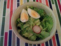 Hlávkový salát s cibulí a ředkvičkami