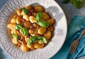 Gnocchi se slaninou, sušenými rajčaty a parmazánem
