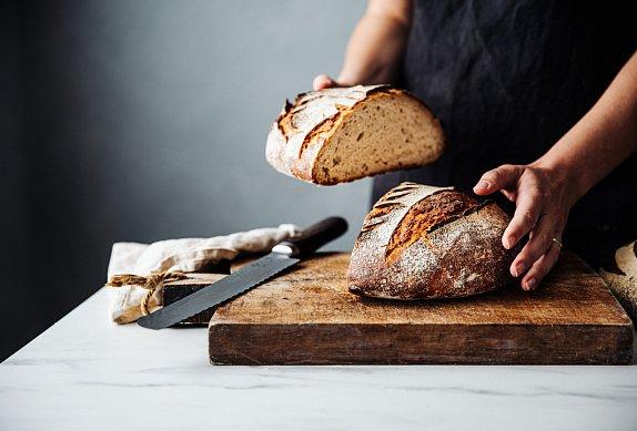 Křupavý chléb s tvarohem a kapustičkami