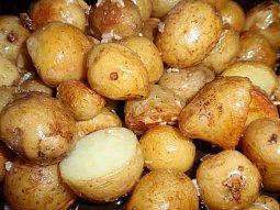 Nové brambory s česnekem