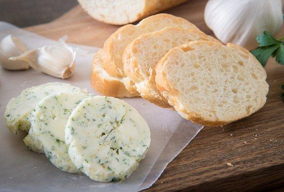 Jednoduché česnekové máslo