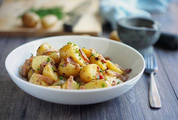 Salát z nových brambor s cherry rajčátky