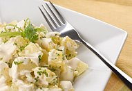 Vídeňský bramborový salát s kysanou smetanou