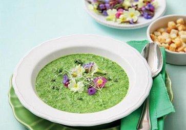Recept na víkend: Jarní špenátová polévka s čerstvými květy