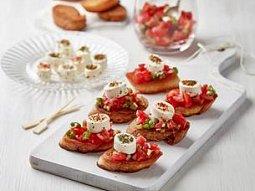 Bruschetty s rajčatovou salsou a delikátním sýrem