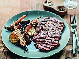 Steak s pečenou zeleninou a omáčkou z vína