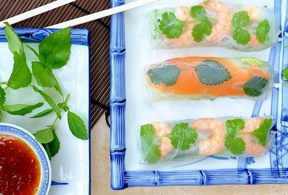Jarní závitky s krevetami, bylinkami a zeleninovými nudlemi