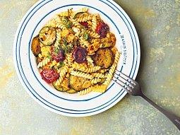 Těstoviny s pečenými rajčaty, cuketou a grilovanou kukuřicí