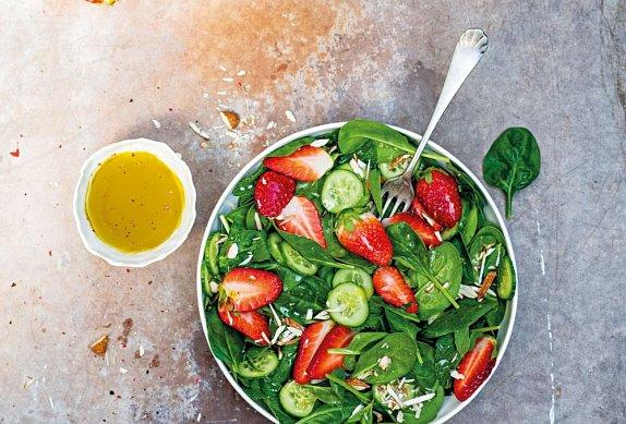 Špenátový salát s jahodami