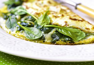 Omeleta s čerstvým špenátem a sýrem