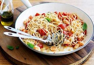Špagety s krevetami, rajčaty a bazalkou