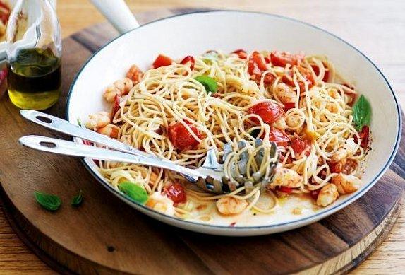 Špagety s krevetami, rajčaty a bazalkou photo-0