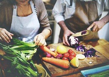 Co se zeleninovými slupkami? Uvařte vývar!