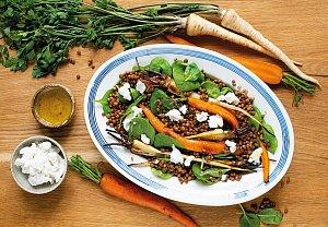 Čočkový salát s pečenou mrkví a petrželí