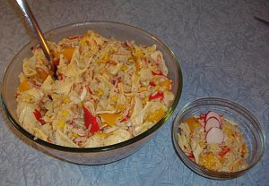 Salát s broskví a krabími tyčinkami