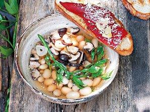 Polévka z fazolí a hub s topinkami